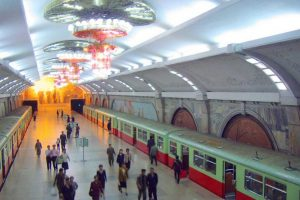 Пхеньянское метро, работает с 1973 года, является самым глубоким метро в мире, в какой 110м под землей. Цель для строительства он так глубоко настолько, что станции могут функционировать как бомбоубежища при необходимости.