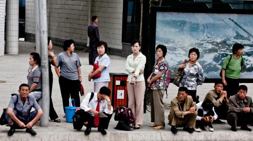 Люди в ожидании автобуса, Пхеньян